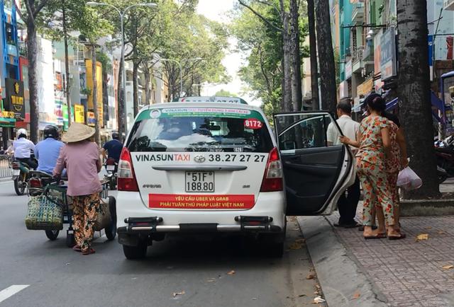 Sau Hà Nội, đến lượt taxi ở Sài Gòn dán biểu ngữ phản đối Uber - Grab - Ảnh 2.