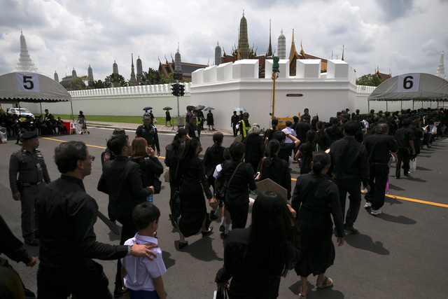 Hàng chục ngàn người viếng nhà vua Thái Lan - Ảnh 2.