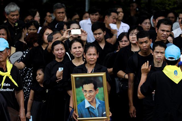 Hàng chục ngàn người viếng nhà vua Thái Lan - Ảnh 3.