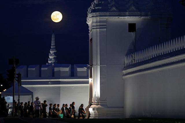 Hàng chục ngàn người viếng nhà vua Thái Lan - Ảnh 1.