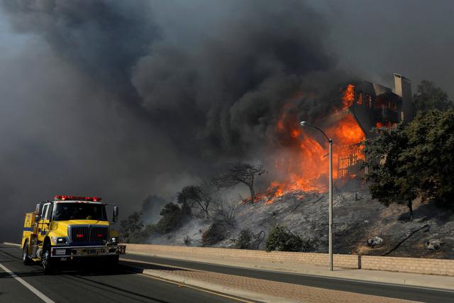 Cháy rừng lan đến khu nhà giàu Nam California - Ảnh 5.