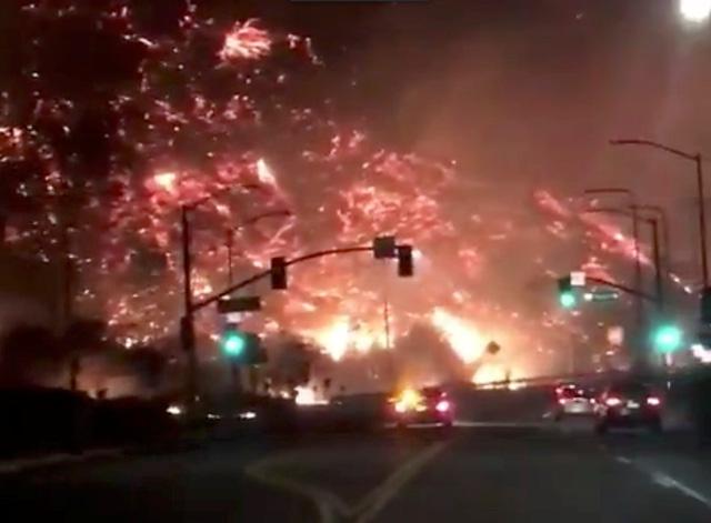 Cháy rừng lan đến khu nhà giàu Nam California - Ảnh 1.