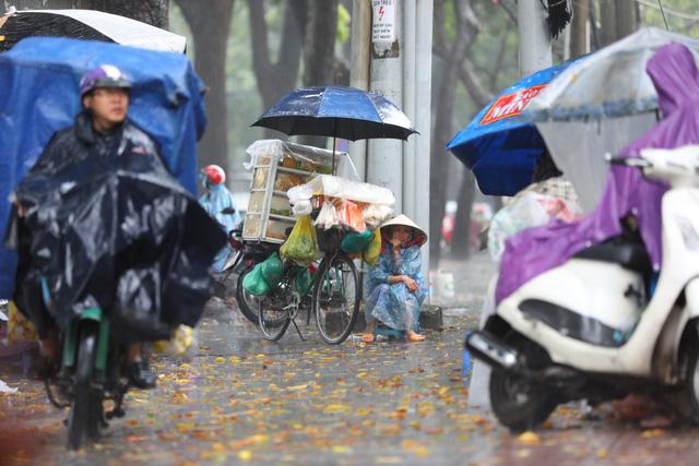 Sài Gòn mưa cả ngày lẫn đêm, chuẩn bị đón triều cường - Ảnh 7.