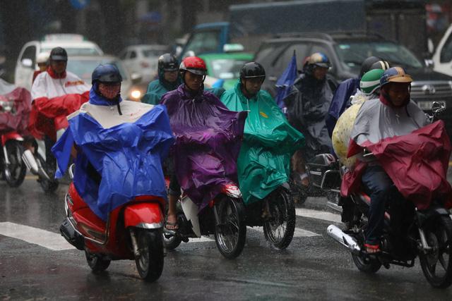 Sài Gòn mưa cả ngày lẫn đêm, chuẩn bị đón triều cường - Ảnh 2.