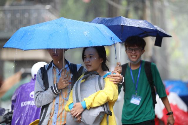 Sài Gòn mưa cả ngày lẫn đêm, chuẩn bị đón triều cường - Ảnh 1.