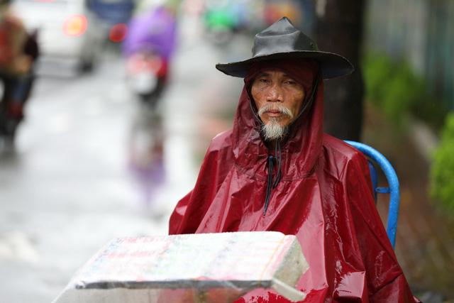 Sài Gòn mưa cả ngày lẫn đêm, chuẩn bị đón triều cường - Ảnh 3.