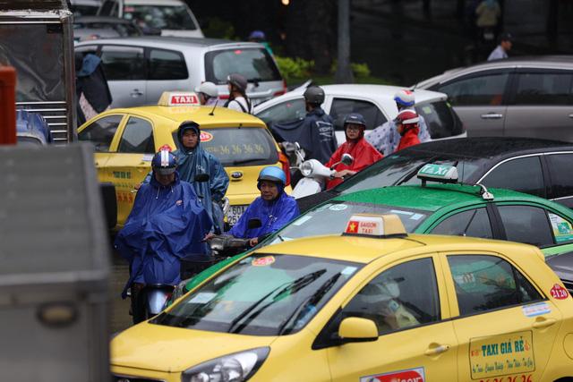 Sài Gòn mưa cả ngày lẫn đêm, chuẩn bị đón triều cường - Ảnh 5.