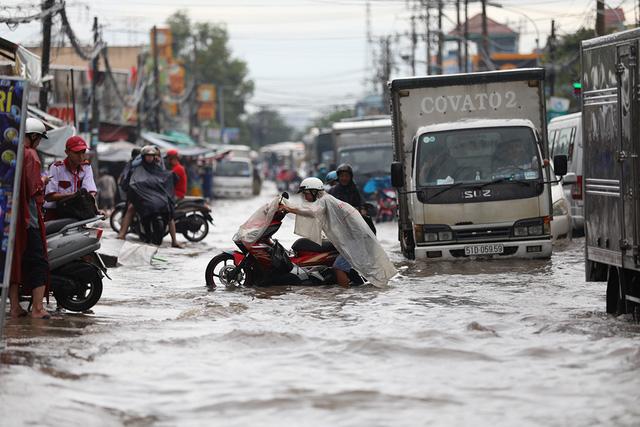 Sài Gòn mưa cả ngày lẫn đêm, chuẩn bị đón triều cường - Ảnh 9.