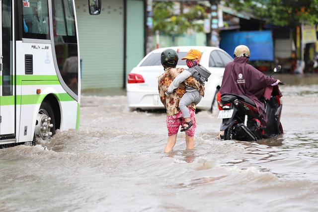 Sài Gòn mưa cả ngày lẫn đêm, chuẩn bị đón triều cường - Ảnh 12.