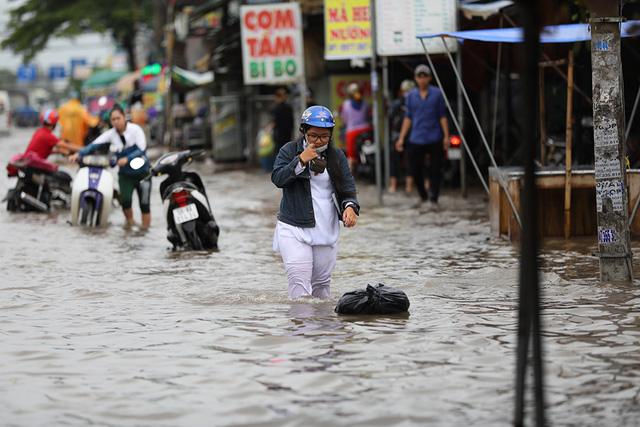 Sài Gòn mưa cả ngày lẫn đêm, chuẩn bị đón triều cường - Ảnh 11.