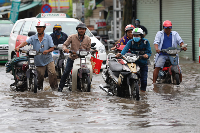 Sài Gòn mưa cả ngày lẫn đêm, chuẩn bị đón triều cường - Ảnh 10.