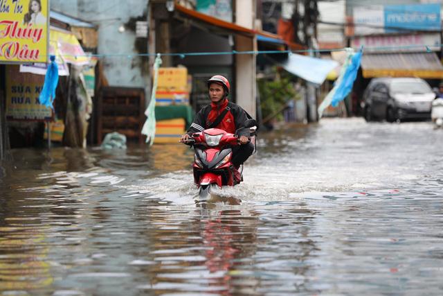 Sài Gòn mưa cả ngày lẫn đêm, chuẩn bị đón triều cường - Ảnh 8.