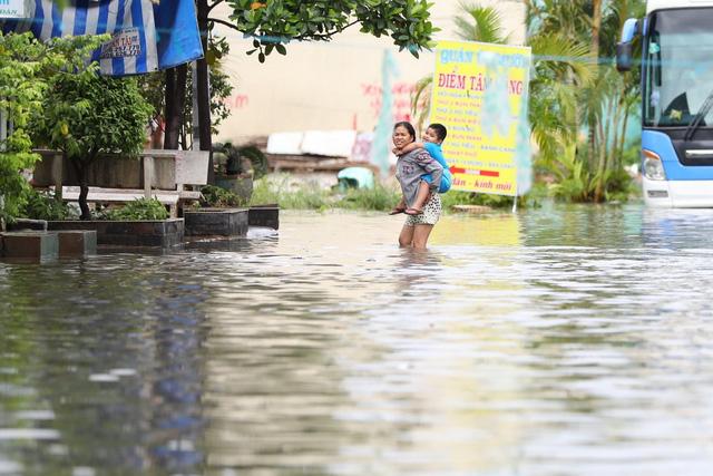 Sài Gòn mưa cả ngày lẫn đêm, chuẩn bị đón triều cường - Ảnh 13.