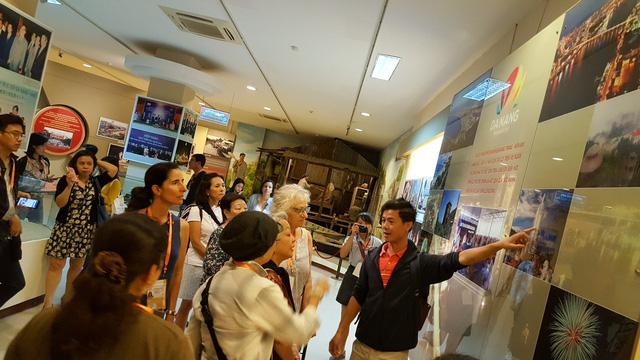 Phu nhân đại biểu ABAC tham quan Bảo tàng Đà Nẵng - Ảnh 2.