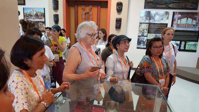 Phu nhân đại biểu ABAC tham quan Bảo tàng Đà Nẵng - Ảnh 3.