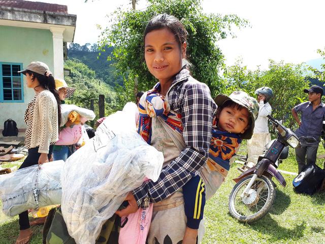 Quà bạn đọc Tuổi Trẻ đến với bà con vùng sạt lở Nam Trà My - Ảnh 9.