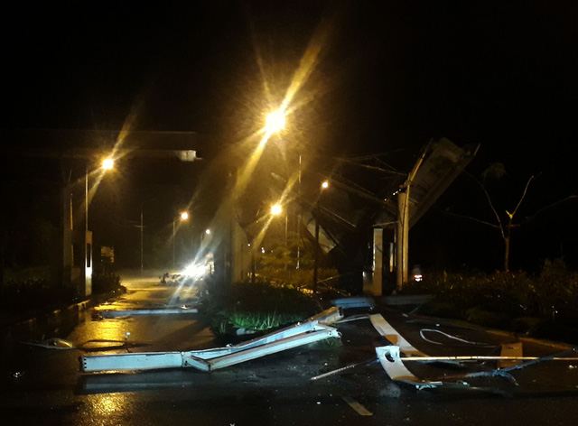 Xe tải tông sập trạm thu phí sân bay Phú Quốc - Ảnh 1.