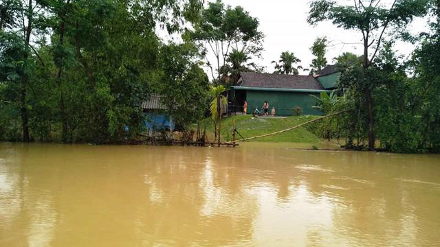 Hồ Kẻ Gỗ bắt đầu xả lũ, nhiều xã ở Hà Tĩnh vẫn bị cô lập - Ảnh 4.