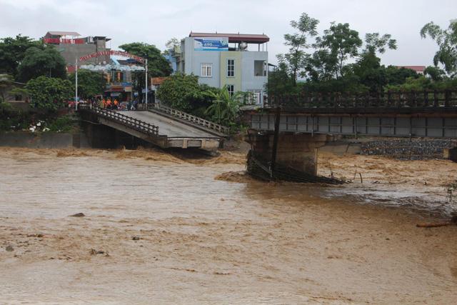 Mưa lũ miền Bắc: Sập cầu ở Yên Bái, 4 người bị cuốn trôi - Ảnh 1.