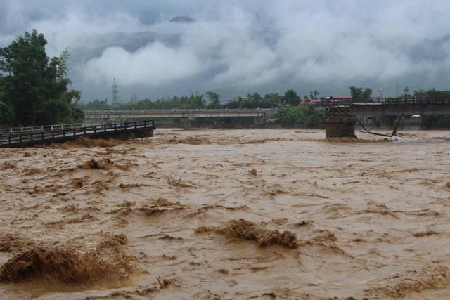 Mưa lũ miền Bắc: Sập cầu ở Yên Bái, 4 người bị cuốn trôi - Ảnh 2.