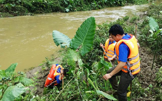 Cả trăm người rải dọc khe suối tìm bé 4 tuổi bị nước cuốn - Ảnh 1.