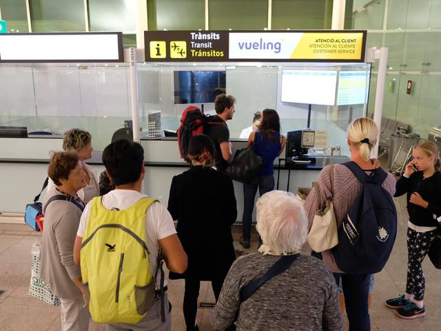 Overbook, hàng không nước ngoài đối xử thế nào với khách Việt? - Ảnh 3.