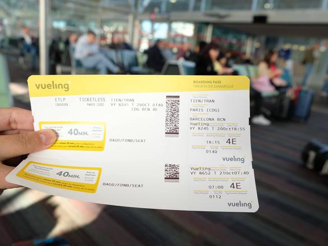 Overbook, hàng không nước ngoài đối xử thế nào với khách Việt? - Ảnh 1.