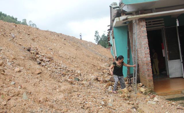 Đất đá tràn vào nhà vì dự án làm đường - Ảnh 1.