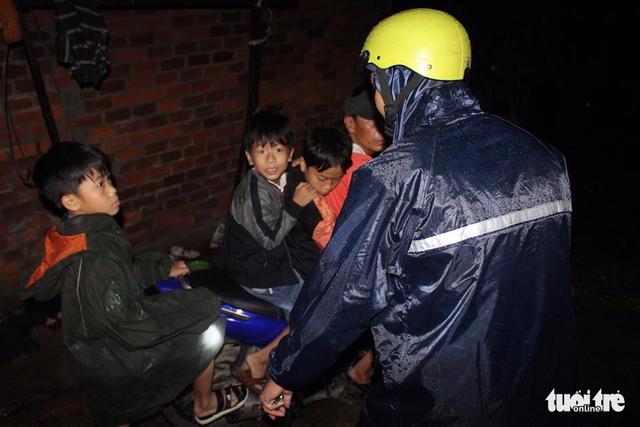 Tâm bão số 12 đổ bộ đất liền, gió cấp 11 tại Nha Trang, TP Tuy Hòa mất điện - Ảnh 24.