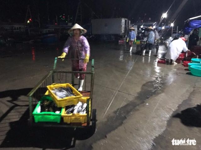 Tâm bão số 12 đổ bộ đất liền, gió cấp 11 tại Nha Trang, TP Tuy Hòa mất điện - Ảnh 21.
