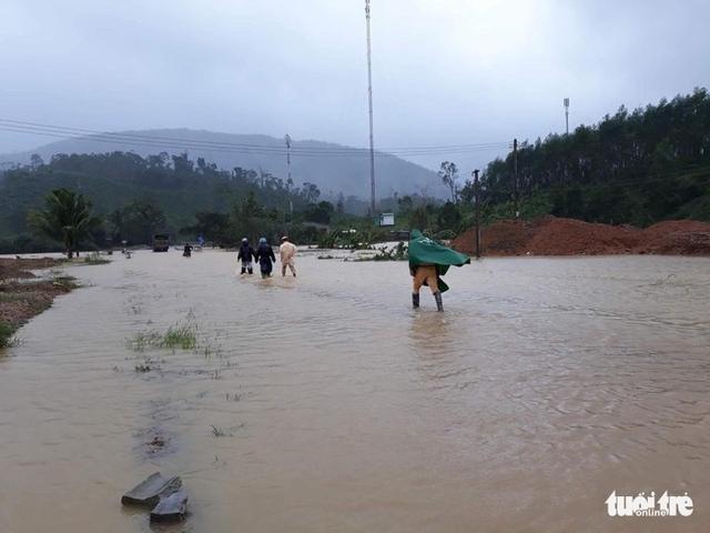 Bão mạnh khủng khiếp: Khánh Hòa, Phú Yên hàng ngàn nhà bay nóc, nhiều người mất tích - Ảnh 1.