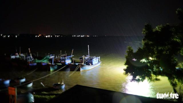 Tâm bão số 12 đổ bộ đất liền, gió cấp 11 tại Nha Trang, TP Tuy Hòa mất điện - Ảnh 27.