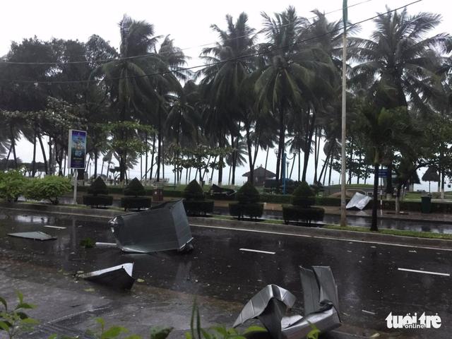 Tâm bão số 12 đổ bộ đất liền, gió cấp 11 tại Nha Trang, TP Tuy Hòa mất điện - Ảnh 4.