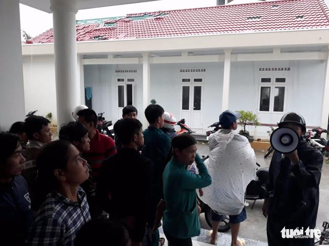 Tâm bão số 12 đổ bộ đất liền, gió cấp 11 tại Nha Trang, TP Tuy Hòa mất điện - Ảnh 2.