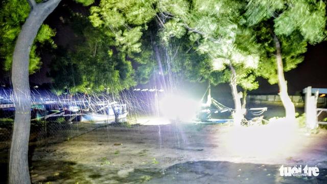 Tâm bão số 12 đổ bộ đất liền, gió cấp 11 tại Nha Trang, TP Tuy Hòa mất điện - Ảnh 26.