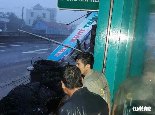 Tâm bão số 12 đổ bộ đất liền, gió cấp 11 tại Nha Trang, TP Tuy Hòa mất điện - Ảnh 7.