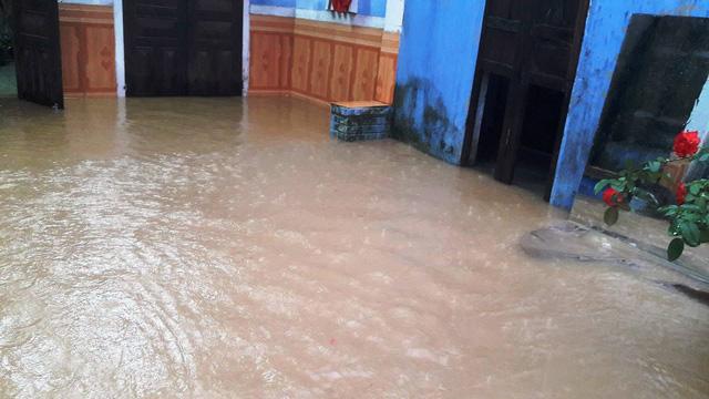 Thủy điện tăng xả trong đêm, Quảng Nam ngập chìm trong lũ - Ảnh 6.