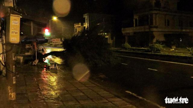 Tâm bão số 12 đổ bộ đất liền, gió cấp 11 tại Nha Trang, TP Tuy Hòa mất điện - Ảnh 23.