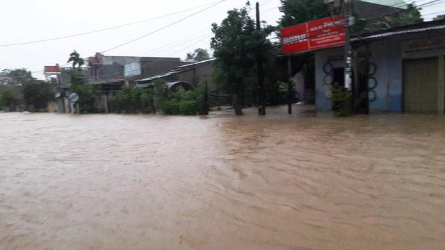 Thủy điện tăng xả trong đêm, Quảng Nam ngập chìm trong lũ - Ảnh 7.