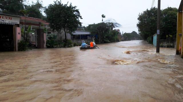 Thủy điện tăng xả trong đêm, Quảng Nam ngập chìm trong lũ - Ảnh 5.