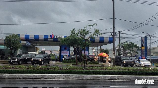Đoàn xe Quái thú của Tổng thống Mỹ đổ xăng ven đường ở Đà Nẵng - Ảnh 3.