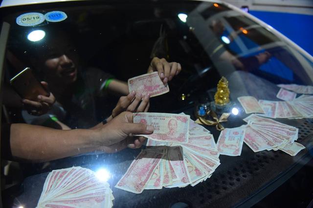 Lái xe đồng loạt đòi thối 100 đồng, BOT Cai Lậy xả trạm lần 3 - Ảnh 6.
