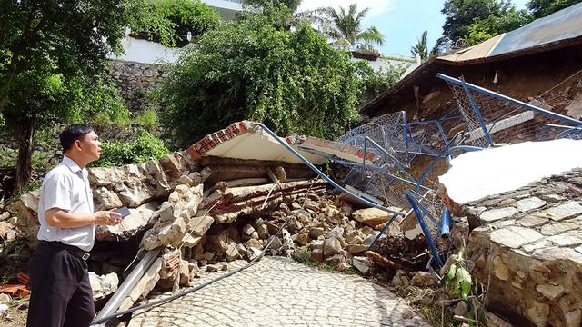 Mưa lớn, sân bóng rổ đổ ập xuống khách sạn ở  Vũng Tàu - Ảnh 1.