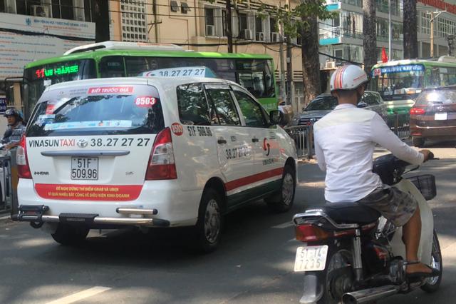 Sau Hà Nội, đến lượt taxi ở Sài Gòn dán biểu ngữ phản đối Uber - Grab - Ảnh 1.