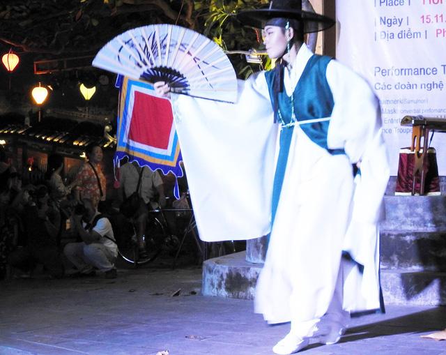 Múa cổ truyền Hàn Quốc trên đường phố Hội An - Ảnh 3.