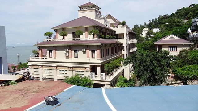 Mưa lớn, sân bóng rổ đổ ập xuống khách sạn ở  Vũng Tàu - Ảnh 3.