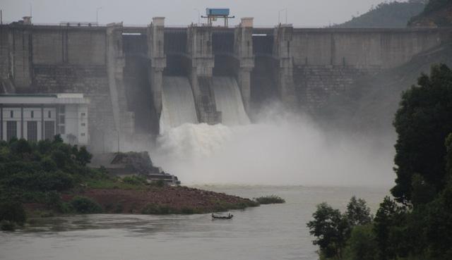 Thủy điện, thủy lợi ở Huế xả nước đón lũ - Ảnh 1.