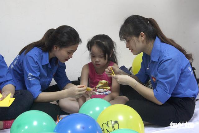 Trung Thu cho trẻ em thiệt thòi ở Hà Nội, Đà Nẵng, TP.HCM - Ảnh 2.
