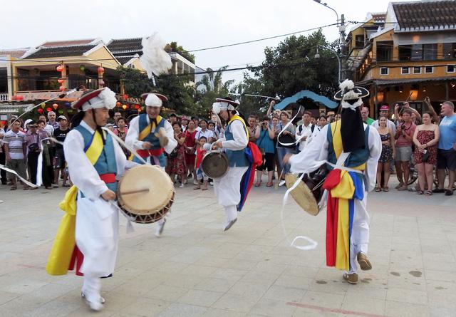 Múa cổ truyền Hàn Quốc trên đường phố Hội An - Ảnh 4.