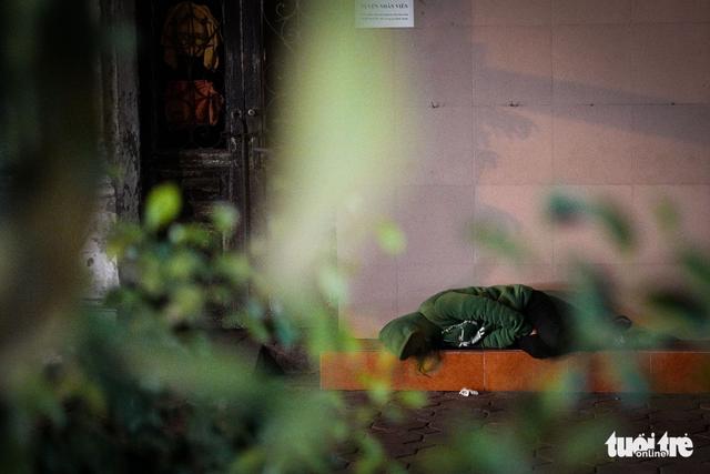 Người vô gia cư co ro giữa đêm đông Hà Nội - Ảnh 13.
